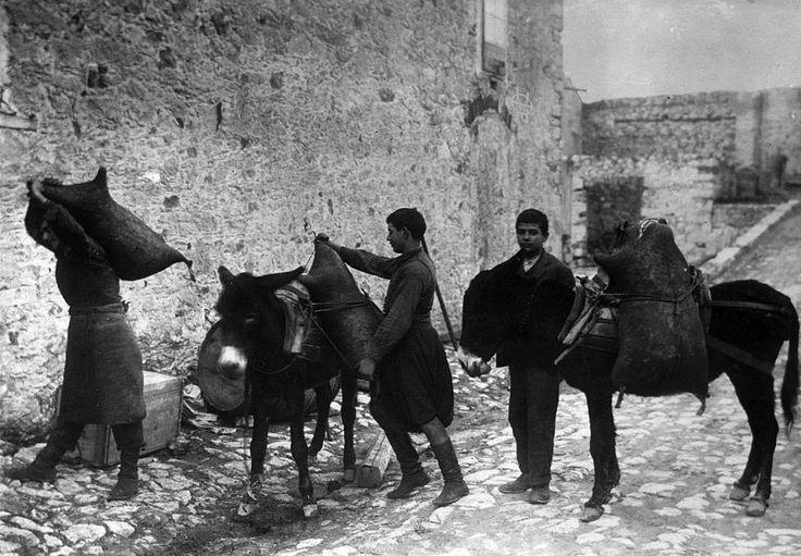 Κρήτη, 1925, φόρτωμα ασκών με κρασί σε γαϊδουράκια.