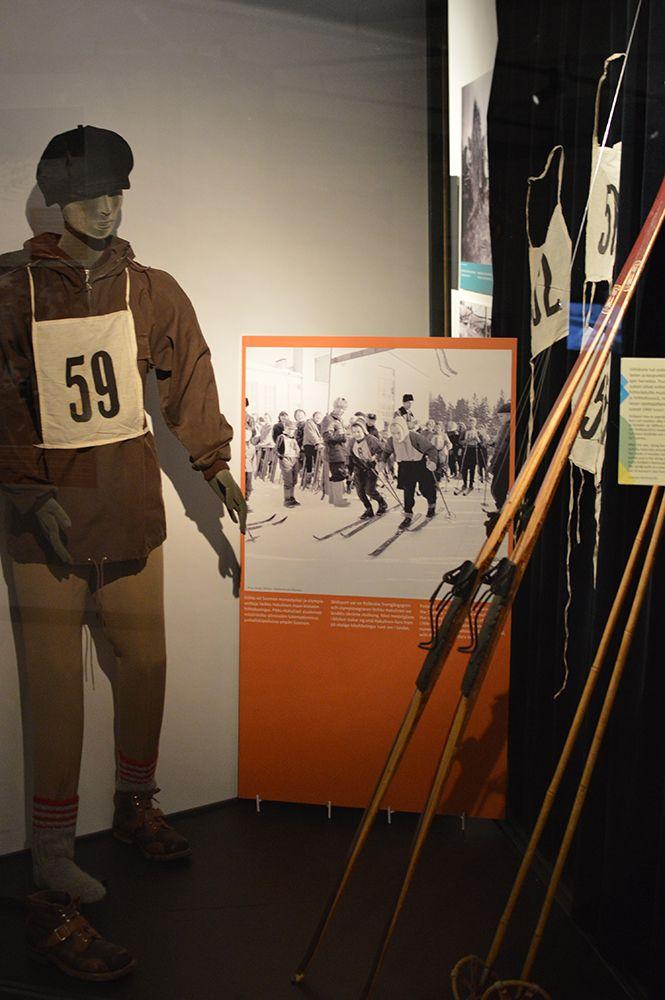 Hiihto oli sodan jälkeen suosittu vapaa-ajan harrastus. Hiihtoladulle muodikkaasti pukeutu pisti ylleen anorakin ja hiihtohousut. Luuppi, Oulu (Finland)