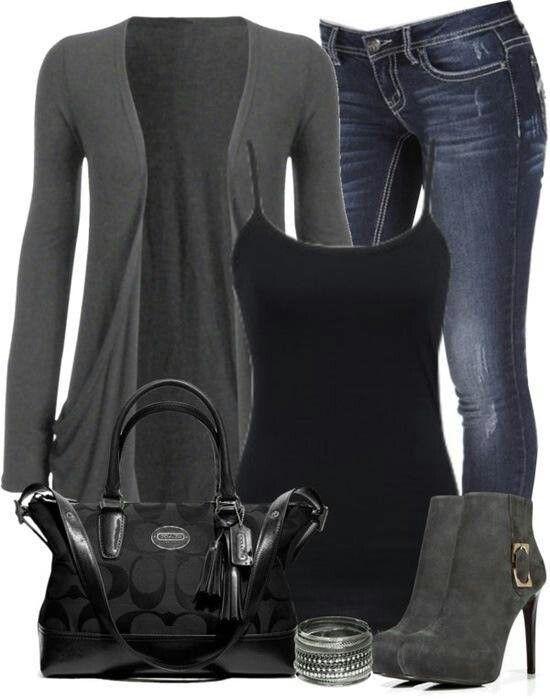 Top negro y botines grises