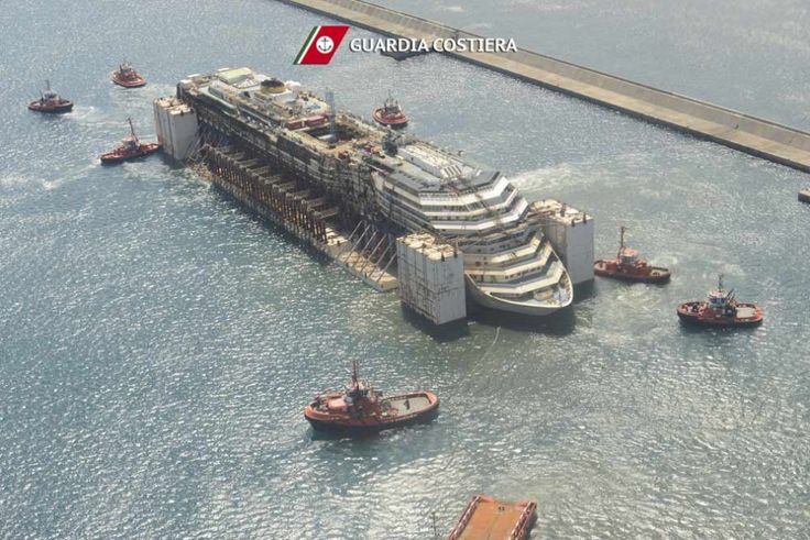Le manovre di posizionamento della Costa Concordia riprese dall'elicottero della Guardia costiera. La nave, naufragata davanti all'Isola del Giglio nel 2012, è stata trainata dai rimorchiatori nel porto di Genova, dove saranno eseguite le operazioni di smantellamento, la cui durata prevista &