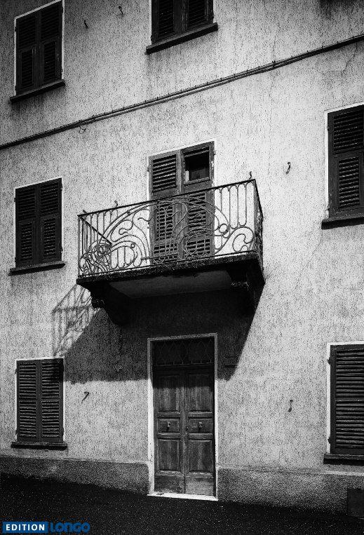 """Wer hier wohl wohnt?  Foto aus """"View Frames"""" von Roberto Casavecchia https://www.edition-longo.it/view-frames-detail  #blackandwhite   #schwarzweiss   #fotografie  #sw #foto"""