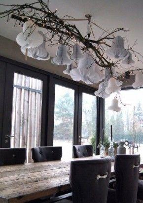 Witte kerstklokken aan takken boven de tafel! Sfeer is helemaal fantastisch. Makkelijk zelf te maken.  Mooie oude tafel.  Idee gezien op www.veluwseinterieurarchitect.nl bij particulieren.
