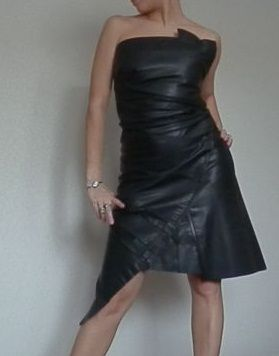 Nahkainen mekko, joka on tehty vanhasta takista