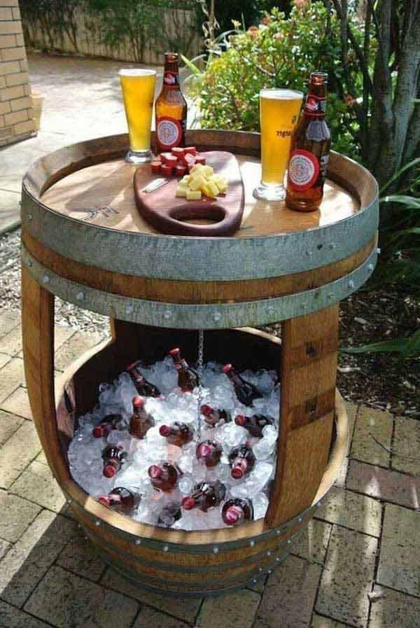 Voorbeeld van tuinstoelen en een tuintafel die van een wijnvat zijn gemaakt. Houten wijnton om meubels mee te maken, een leuk doe het zelf project.