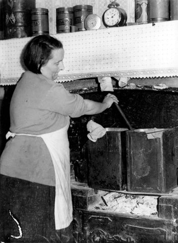 Melbourne's slums | City's slum heritage - May 1936: It's wash day for a Richmond mother of seven.