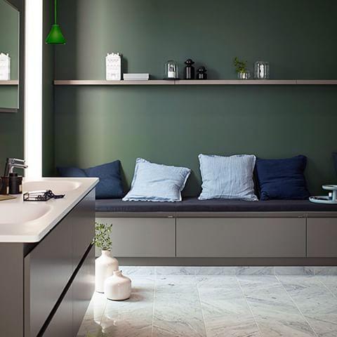 Den inbjudande sittdelen skapar skön vardagsrumskänsla med plats för massor av förvaring. #badrum #badrumsrenovering #badrumsinredning #badrumsinspiration #vedum #förvaring