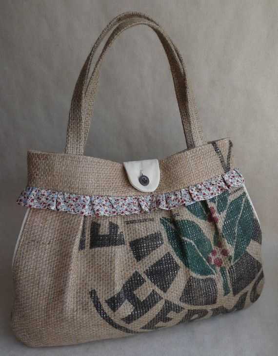 Upcycled pleated burlap shoulder bag. Side pockets. Red blue tan floral._inspiratie
