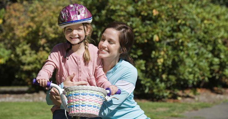 ¿A qué edad aprenden los chicos a andar en bicicleta?. La capacidad de un niño para aprender a andar en bicicleta depende de su desarrollo físico, de su coordinación y del dominio de la motricidad gruesa y fina. La mayoría de los chicos está preparados para andar en bicicleta alrededor de los 5 años de edad, según la Comisión de Seguridad del Producto del Consumidor de los Estados Unidos (U.S. ...