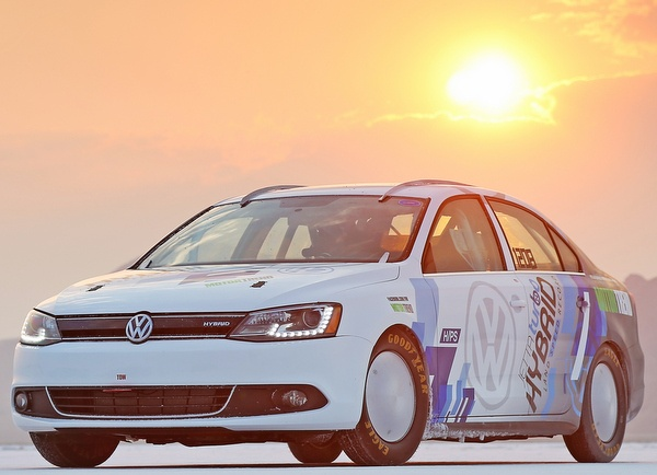 While one would never consider breaking a speed record with a hybrid vehicle, but the new Volkswagen Jetta proved all such estimates wrong. The company set out to prove that their new Jetta Hybrid is highly efficient in the fast lane as well, and broke a record in the process.