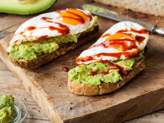 Avocado-Frühstücksbaguette mit Spiegelei und Sriracha