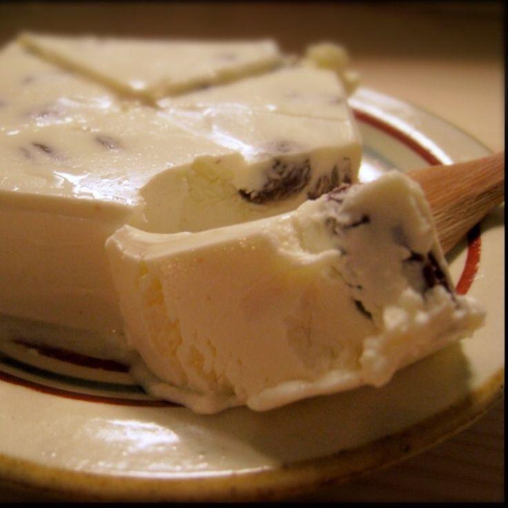 昨日、作りました! 自家製豆乳ヨーグルトの乳酸菌で、生クリームを発酵させて、自家製の発酵バター。 ヨーロッパで出会った、発酵バター 私、発酵バターを作ったのは、実は2回目です。 一度目は3年ほど前。ちょうどトルコやスペインの旅行から帰ってきた後でした。 スペインはバスク地方まで足をのばし、バル発祥の地で有名なサンセバスチャンに2~3泊しました。 バルセロナについてから予約したホテルだったこともあり、朝食つきプランのみでもリーズナブルだったので、いつもは節約のためにパスして街で調達する朝ごはんを、ホテルで頂きました。 夜は、キラキラと輝くピンチョスを求めてバル街へ。だから朝は軽くでいいし期待して…