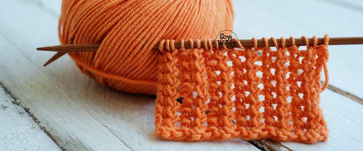 Un punto de encaje, calado o abierto en vertical, muy estilizado: Punto de Rejilla. Se teje en dos agujas (palillos, palitos), y el dibujo se forma en tan sólo dos vueltas y pocos pasos que repetir. Ideal para tricotar bufandas, cuellos y jerseys.