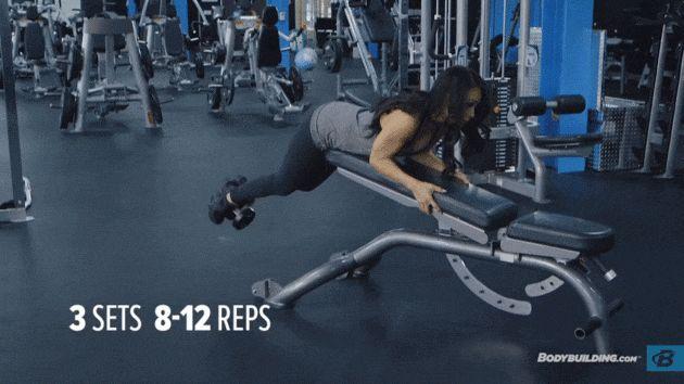 Гиперэкстензия с гантелей. Для лучшего контроля все мышцы кора должны быть напряжены, руки согнуты в локтях, верхняя часть тела приподнята. В таком положении вам сложнее переложить основную нагрузку на спину.