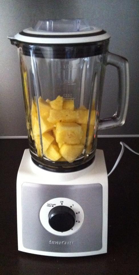 Heerlijk toetje met maar 1 ingrediënt!  Een Ananas in stukken snijden, in de blender laten draaien tot een lekkere mousse ontstaat. Daarna in de koelkast voor 5 minuten. Smullen maar!