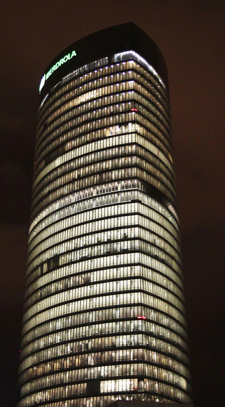 Torre Iberdrola iluminada completamente durante la noche blanca de Bilbao 2015