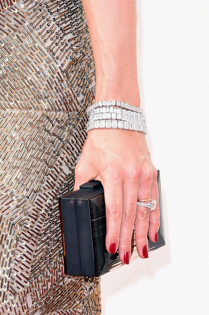 Pin for Later: Erst die richtigen Accessoires brachten den Glanz & Glamour auf den roten Teppich der Emmys Cat Deeley