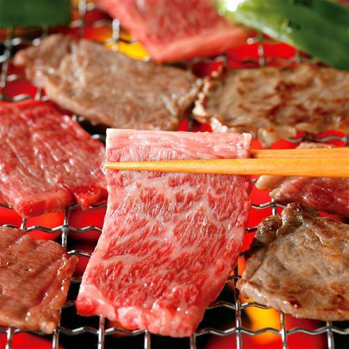自然豊かな北海道・富良野で飼育されている「ふらの和牛」は、北海道内の和牛繁殖農場で生産された血統、体格などを厳選した黒毛和種。口溶けの良い脂質で旨味が凝縮されたジューシーさが特徴です。(冷凍便でお届けします。)