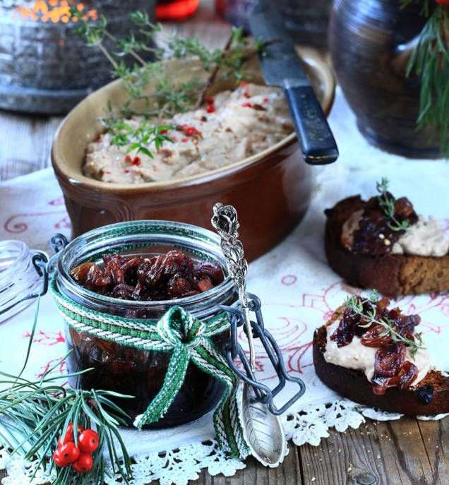 Med vispad grädde, goda kryddor och en skvätt konjak eller portvin kan du enkelt trolla fram en krämig julpastej. En chutney på rödlök och russin passar utmärkt till.
