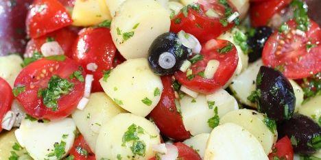 Denne sunde kartoffelsalat er fuld af smag selvom den er fedtfattig. Et glimrende og let tilbehør til til både sommer og vinterretter. Sundt og velsmagende og et sikkert hit!