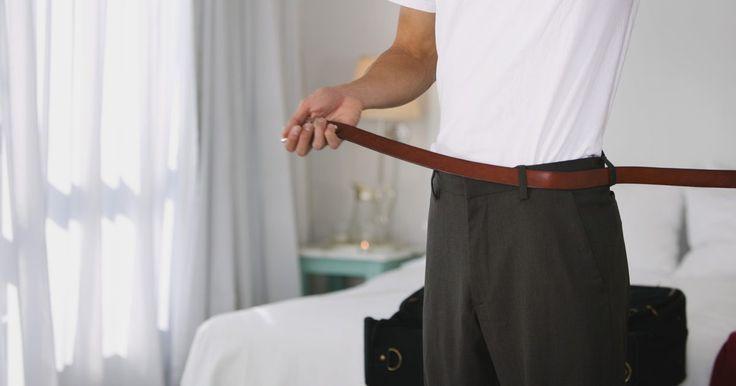 Cómo disminuir la talla de la cintura de los pantalones. Has perdido peso y te ves más delgado. Muestra tu nueva figura, reduciendo la cintura de tus pantalones. Los de buena calidad están diseñados para que puedas alterar la cintura. Puedes reducir la cintura 2 pulgadas (5,08 cm) o hasta 4 pulgadas (10,16 cm). Determina cuánto deseas alterar tus pantalones cosiendo la parte de atrás al centro y hasta ...