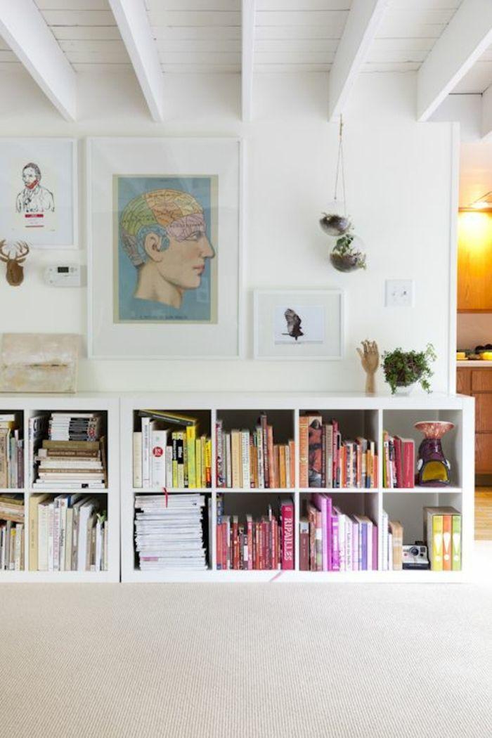 commode en bois blanc, plafond en bois blanc, peinture murale, cube de rangement