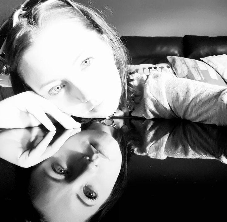 いいね!78件、コメント6件 ― Megan Hines✈📷🌎さん(@xo.megans)のInstagramアカウント: 「25th Birthday Artsy Fartsy Selfie :) I love my super reflective coffee table!! Also-Don't have to…」