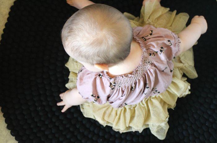 Annun blogissa lastenhuoneeseen saapui uusi valkoinen pinnasänky ja sen kaveriksi musta huopapallomatto. Tummat sävyt eivät ole ollenkaan liian synkkiä, niissä riittää tutkittavaa myös tälle suloiselle pikkuneidille. Kuva: @a.annukka #Sukhi #kidsroom #blogs
