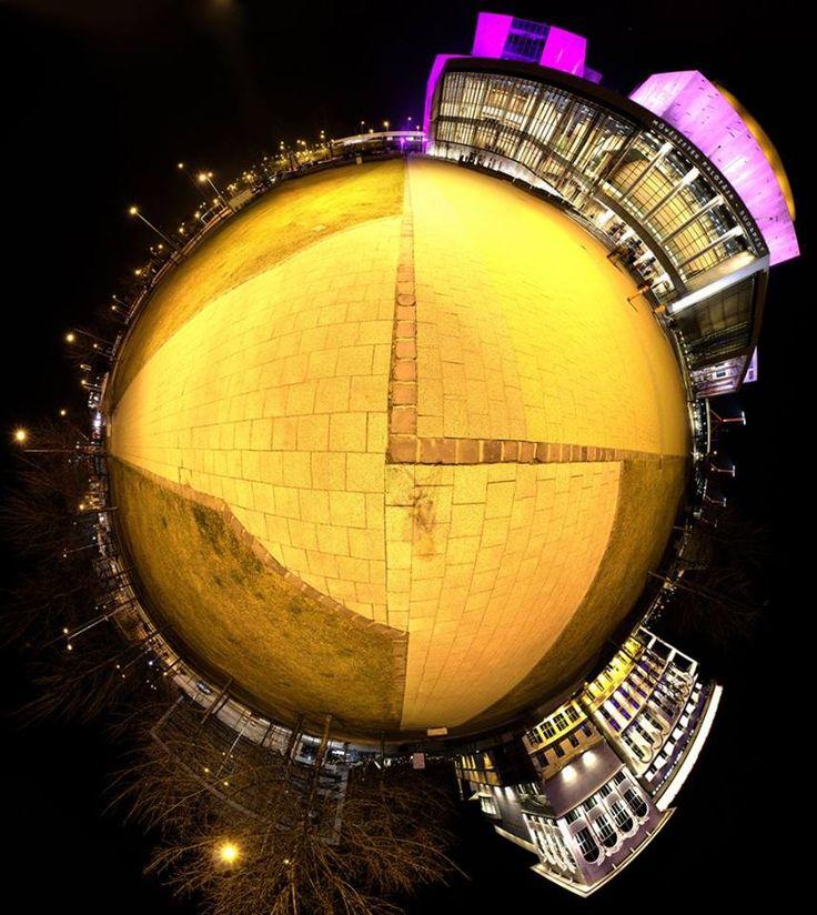 single photo/12 #mindfuck #globe #earth #yellow #art #budapest #nightshot