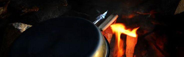 MOTTI & FLESK Dette er tradisjonsrik husmannskost fra de dype skoger, som med sine få og enkle ingredienser passer perfekt som god, mettende turmat. Hva passer vel bedre enn å meske seg med et herremåltid etter dagens opplevelser – laget på et sprakende bål dypt innpå Finnskogen mens tusser og troll danser i skyggene? Kok opp 1 kopp…