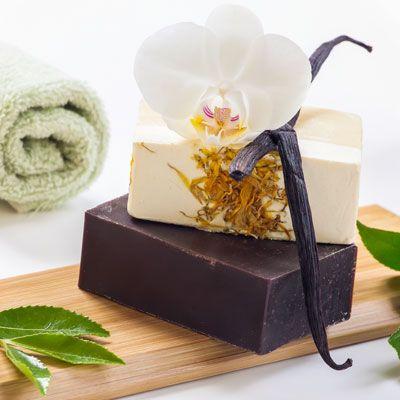 Seife herstellen - Seifen-Rezept: Vanille-Seife selber herstellen - Anleitung: Die grob geriebene Schafmilchseife wird im Wasserbad gelöst und mit dem Jojobaöl und ...