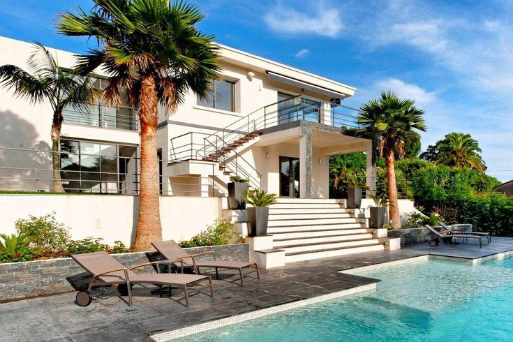 Wunderschöne Villa auf den Höhen von Cannes - http://www.aiximmo.ch/property/wunderschone-villa-auf-den-hohen-von-cannes/- Luxuriöse moderne Villa von 300 qm in den Anhöhen von Super Cannes, komplett mit hochwertige Materialien und Details saniert, Freie Sicht auf das Meer und ein terrassenförmig angelegter Garten mit Swimmingpool und Whirlpool.1srt Ebene:EingangsbereichWohnzimmeroffene KücheHauptschlafzimmer mit Badezimmer und AnkleideraumUntergeschoss:3 Schlafzimmer m