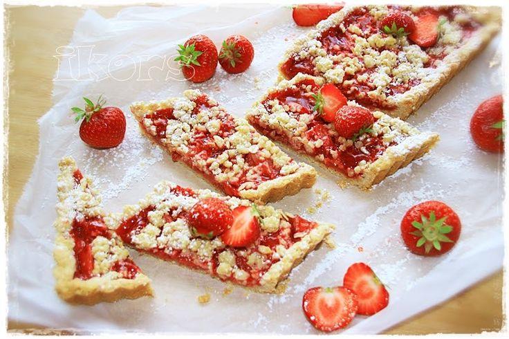 Crunchy Erdbeer Streifen 90 g kernige Haferflocken 100 g Mehl 405er 25 g gehackte Mandeln 75 g Zucker 90 g kalte Butter ...
