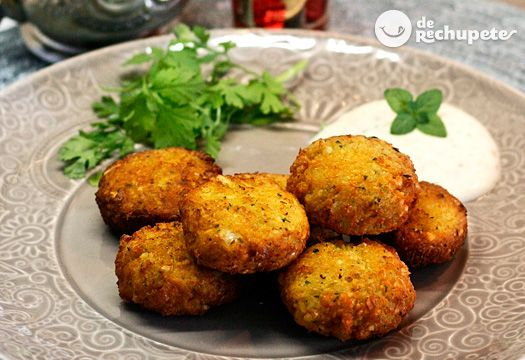 El faláfel es un plato hecho con garbanzos o habas, muy típico de la cocina árabe. Una receta vegetariana, 100% libre de gluten, saludable y muy fácil de preparar.