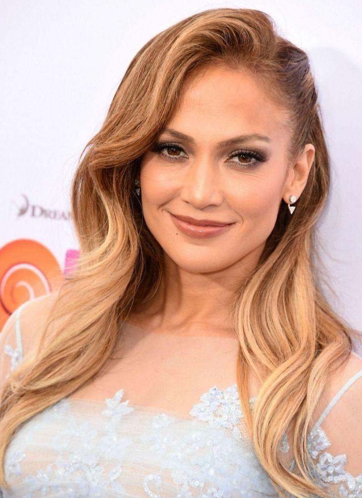 Capelli lunghi e mossi di colore biondo caramello, Jennifer Lopez cantante e attrice