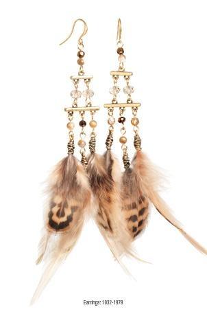 Veren zijn nog steeds een belangrijk detail in de mode van nu. De opvallende sieraden uit de Swan Feather serie bevatten decoratieve items die goed samengaan met kleurrijke accenten of lekker stoer matchen met beige tinten.