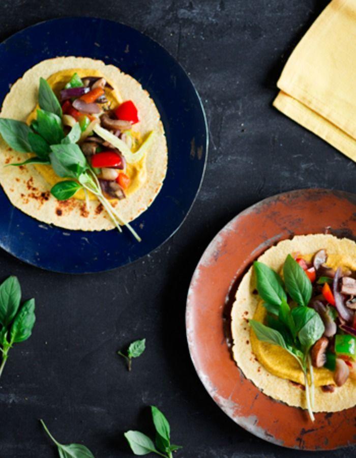 Apetit-reseptit - Tortillat grillikasviksilla ja hummuksella - Tortillalle herkut grillistä ja nippu äidin yrttipenkistä. Ja ruokahetki voi alkaa.