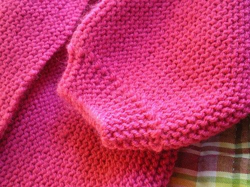 Tricot Layette - Brassière au point mousse d'une seule pièce Brassière rose point mousse Elle se tricote d'une seule pièce commencée par le demi-dos droit. Elle se ferme dans le dos pas deux petits...