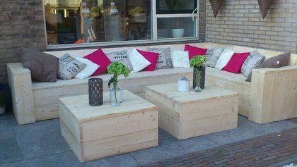 Steigerhout hoekbank met 2 tafels op maat gemaakt als bouwpakket geleverd.