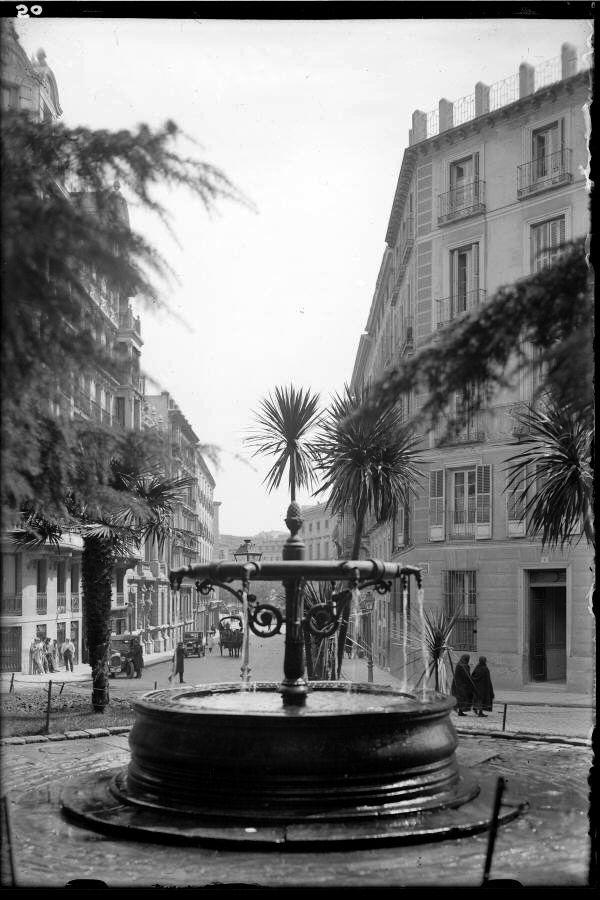 Imágenes del viejo Madrid. Plaza de la Encarnación y calle de Arrieta. Decada de 1930.