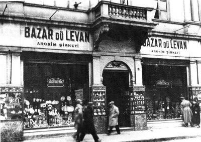 """Burası İstiklal Caddesi 314 numaradaki Bazar Du Levan. Beyoğlu'nun en büyük züccaciyecisi. 25 Teşrinievvel (Ekim) 1929 da Cumhuriyet Gazetesi'ne verdiği ilanda şunlar yazılı : """" Gillette Müsabakası. 27 Teşrinievvel Pazar günü Beyoğlu'nda Bazar dü Levan ticarethanesinde 3. noter Servet Bey , vazonun mühürünü felk ile jilet bıçaklarını sayacaktır. Muhterem halkın hazır bulunması rica olunur efendim.""""  Şark Pazarı adını da kullanan Bazar dü Levan'ın yerinde, aynı işi bugün Paşabahçe Mağazası…"""
