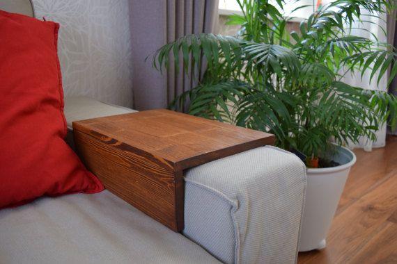 Sofá/sofá de madera hecho a mano brazo resto laptop bandeja de la tabla con la ranura de almacenamiento laterales para revistas o libros. Le servirá de muchas maneras: como una tabla del ordenador portátil, mesa con brazo, mesa auxiliar, mesa de trabajo, tabla del teléfono, comer en mesa o mesa de café solo. Podría ser un gran regalo para los nuevos propietarios. Hecho a mano, madera de calidad. Específicos de este ideal adapta a un sofá de Ikea Vilasund. Si usted requiere antoher tam...