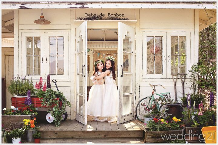 [결혼식 화동] 요정들이 초대한 트윈 룩 퍼레이드 리틀 브라이드 룩부터 말괄량이 삐삐를 연상시키는 데님 룩까지, 다채로운 매력을 뽐낸 소녀들의 트윈 룩 퍼레이드로 초대한다.
