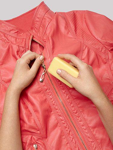 Een stuk zeep Om een stroeve rits te openen, houdt het doek strak en wrijf de zeep langs de voor-en achterzijde van de tanden. Trek en zie hoe soepel hij open gaat.