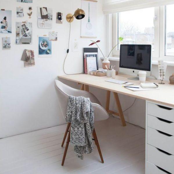Ter um home office em casa não precisa ser dispendioso. Uma prancha de madeira, cavaletes ou um gaveteiro na altura certa (72-75cm) e uma cadeira confortável já compõem um cantinho agradável de trabalho e estudo.