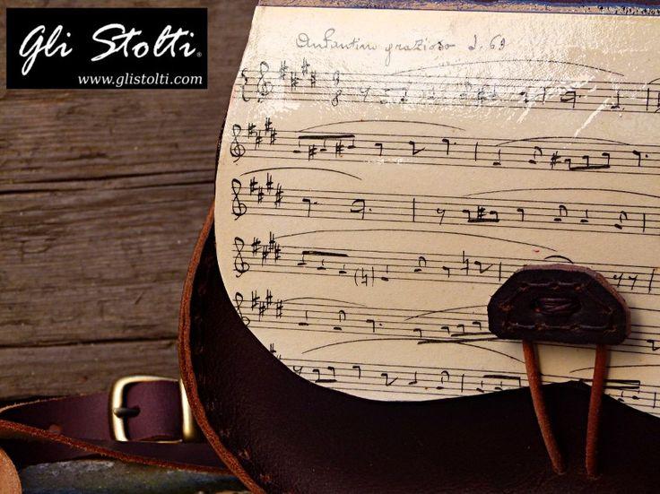 Borsa artigianale in cuoio lavorata e cucita a mano, decorata con spartiti musicali vintage originali. Vai al link per tutte le info: http://glistolti.shopmania.biz/compra/borsa-in-cuoio-modello-scarsella-spartiti-musicali-versione-testa-di-466 Gli Stolti Original Design. Handmade in Italy. #glistolti #moda #artigianato #madeinitaly #design #stile #roma #rome #shopping #fashion #handmade #style #borse #cuoio #leather #bags #musica #music