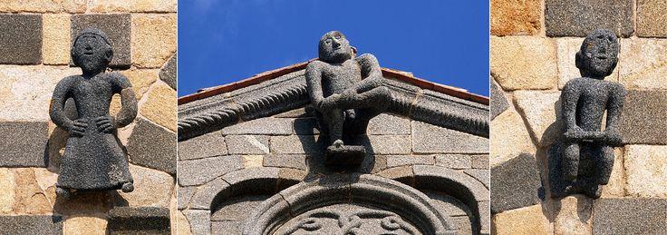 Corsica - A Balagna - Corse - La Balagne ----  Aregno - Sculptures sur façade avant de l'église de la Trinité.
