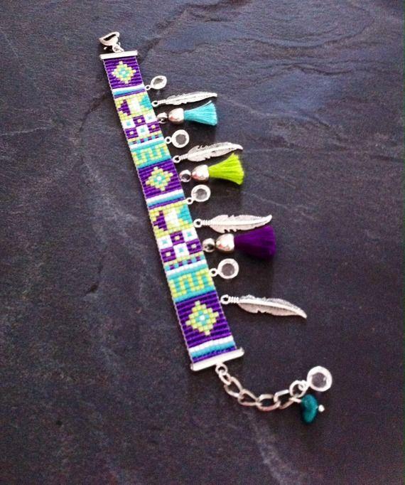 Bracelet Manchette Motif Géométrique et breloques plumes, Swarovski et pompons violet, vert et turquoise.  Perles de rocailles, Miyuki, seed beads, bead loom.