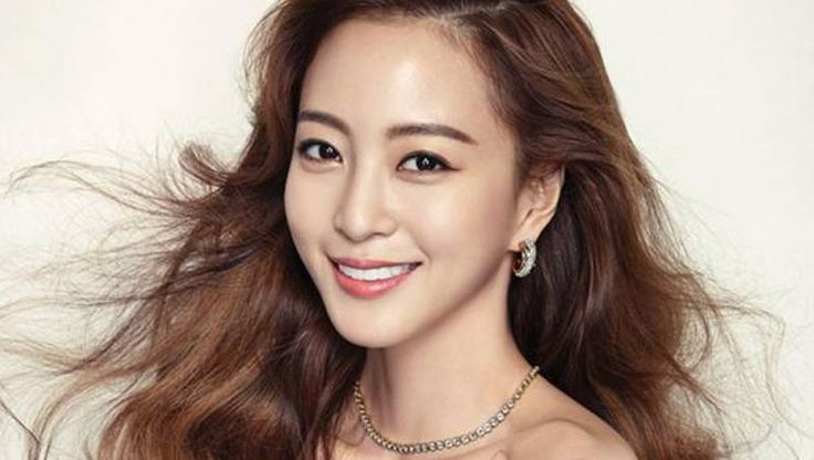 Han Ye Seul Reveals Her Bare Face and Makes Everyone