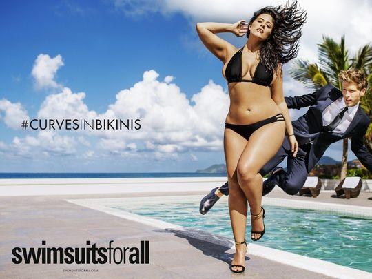 Ashley Graham bombastic dans le spécial maillots de bains de Sports Illustrated