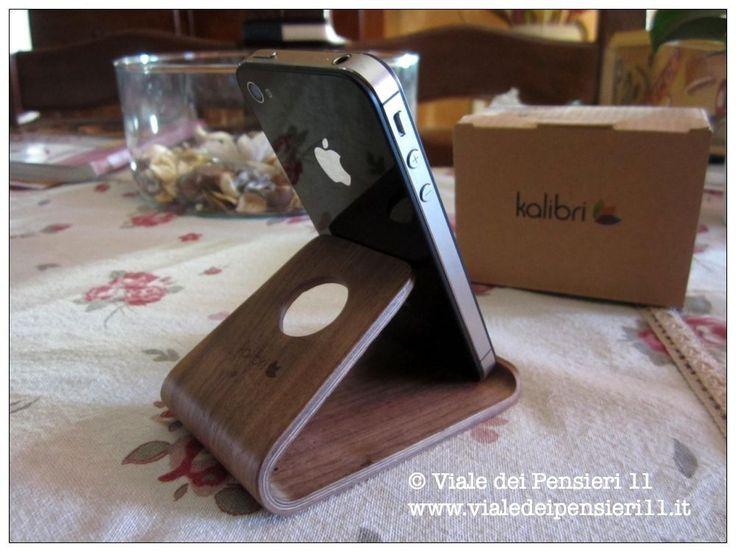 Kalibri supporto smartphone è piccolo ma ben ragionato, mantiene in perfetto equilibrio cellulari, smartphone e anche tablet medie dimensioni come iPad Air.